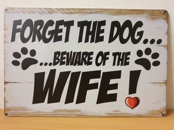 Forget the dog beware of wife metalen wandbord