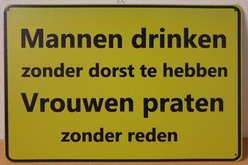 Mannen drinken vrouwen praten metaal  wandbord