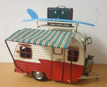 Caravan met surfboard metalen model