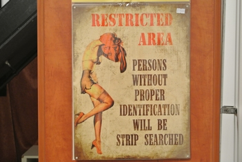 Restricted area strip searched metalen reclamebord